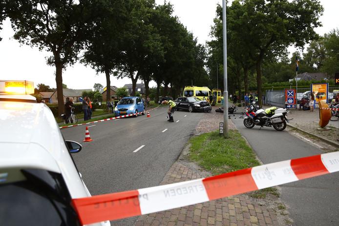 Een motorrijder en een automobilist kwamen frontaal in botsing op de Harderwijkerweg bij Hulshorst.