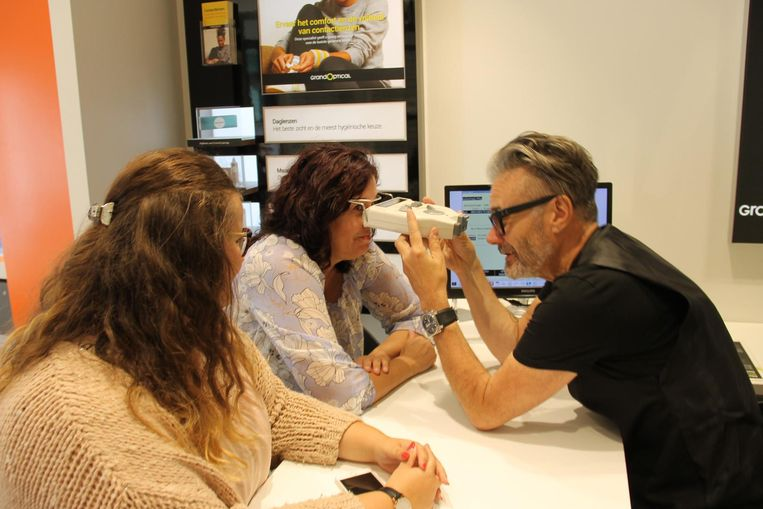 Marcel Vanthilt assisteert Nora Binsafia en Kimberly Vancoillie in brillenzaak Grand Optical.