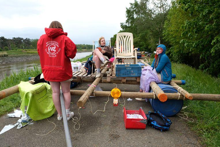 De 25 deelnemende ploegen bouwden zelf hun vlot voor de tocht op de Nete.