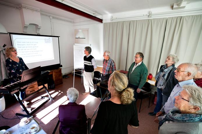 De zangworkshop van Carolien van der Hulst (links) in Helenaveen voor de mantelzorgers.