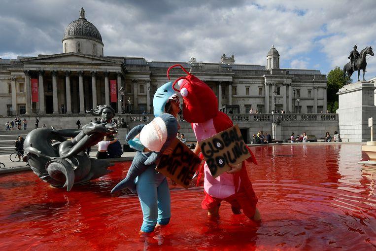 Dierenactivisten kleuren water Londense fonteinen rood.