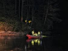 Bosbrand op eiland in Wandelbos Tilburg: brandweer gebruikt boot om vuur te doven