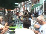 Ouderen eten samen aan langste eettafel van Hulst