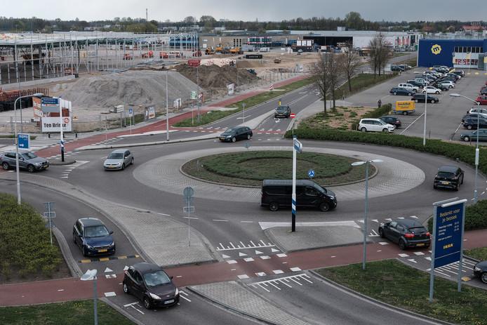 De rotonde bij Ikea op Nieuwgraaf in Duiven. Met links de Hornbach in aanbouw. Foto : Jan Ruland van den Brink
