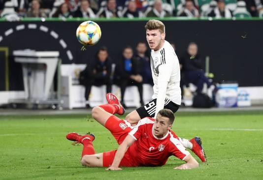 Het schot van Timo Werner verdwijnt via Uros Spajic over het Servische doel.
