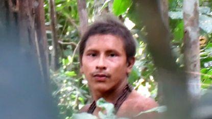 Stiekeme beelden van man van geïsoleerde stam die machete van houthakkers vindt