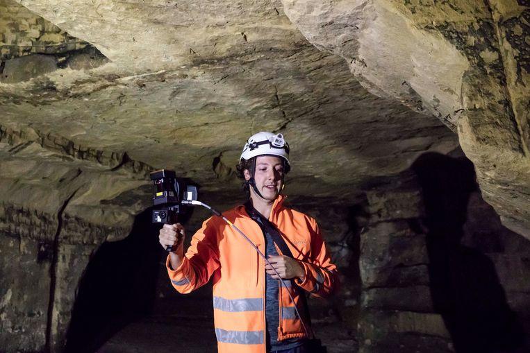 Geoloog en grottenexpert van de gemeente Riemst Mike Lahaye loopt in De Grote Berg, een mergelgroeve van 60 hectare in Zichen, rond met de 3D-laserscanner waarmee nauwkeuriger een kaart van de groeve kan gemaakt worden.