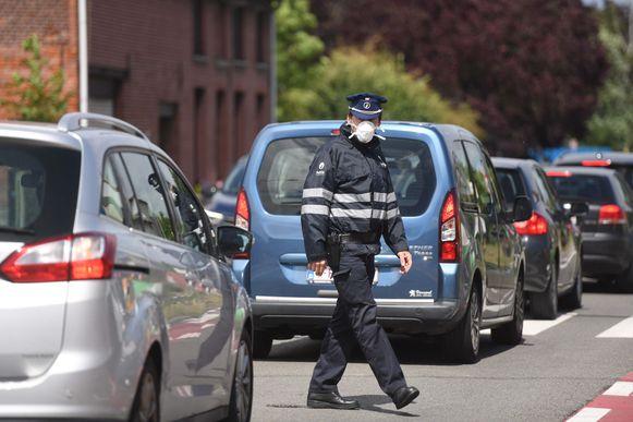 De politie droeg mondmaskers om geen rook in te ademen.