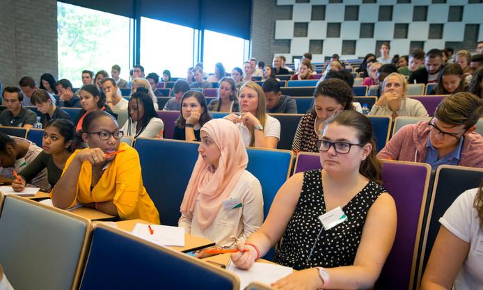Eerstejaars studenten van de Erasmus Universiteit Rotterdam volgen college. Ze hebben uitstekende baankansen, zeker als ze de juiste studierichting kiezen.