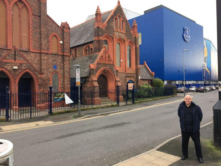 Peter Lupson voor Goodison Park, het stadion van Everton in Liverpool. Het is om een kerk (St. Luke's Church) heen gebouwd. Beeld TRBEELD