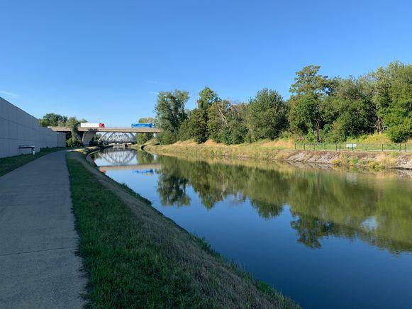 In de ban van de Zenne -  Deel 2: De Zenne duikt het kanaal Charleroi - Brussel onderdoor ter hoogte van de sluis in Halle. Ze loopt onder het skatepark
