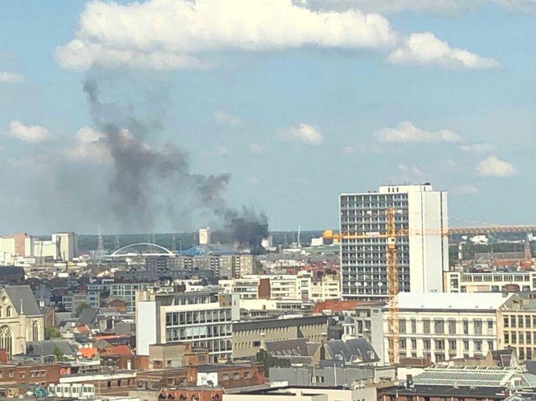 De rookpluim nabij het Sportpaleis was van ver te zien.