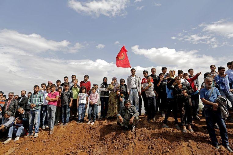 Turkse Koerden bezoeken een begrafenis van vier Koerdische strijders die zijn omgekomen bij de strijd in Kobani. Beeld epa