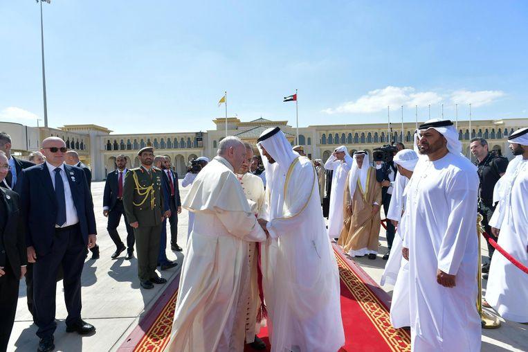 De paus neemt afscheid van kroonprins Mohammed bin Zayed al Nahyan. Na het opdragen van de mis heeft hij de Verenigde Arabische Emiraten verlaten. Beeld EPA