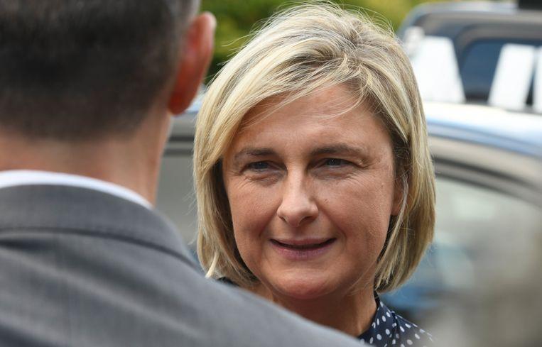 Vlaams minister van Onderwijs Hilde Crevits verdedigt de CD&V-kleuren in Torhout.