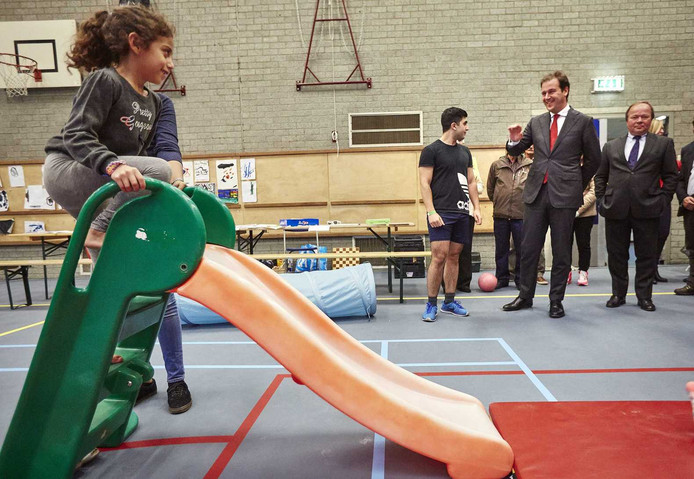 Vicepremier Lodewijk Asscher tijdens een bezoek aan een opvanglocatie voor vluchtelingen in het Erasmus Sportcentrum in Rotterdam.