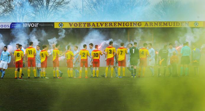 Arnemuiden en Oostkapelle wensen elkaar succes voorafgaand aan de derby van zaterdag.