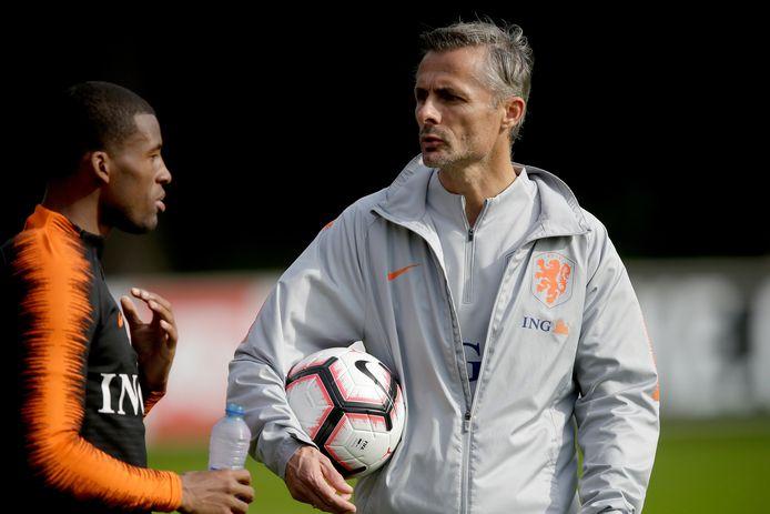 Kees van Wonderen als assistent-bondscoach in gesprek met Georgino Wijnaldum.