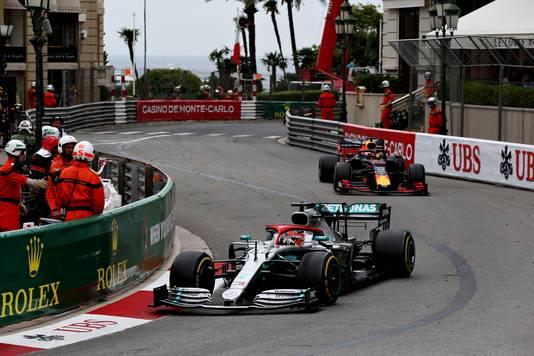 Lewis Hamilton rijdt vlak voor Max Verstappen