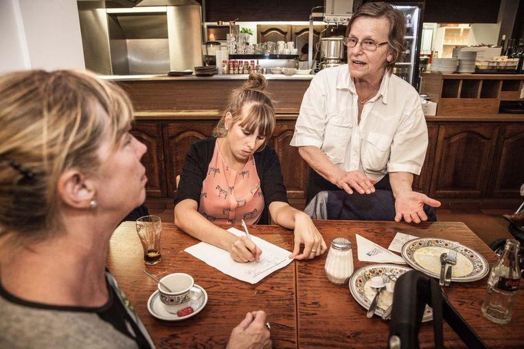 Ook Marie-Christine Rogiest van het pannenkoekenhuisje Gwenola steunt het initiatief van Gaetane Noë en vraagt haar klanten om de petitie tegen het mobiliteitsplan te tekenen.