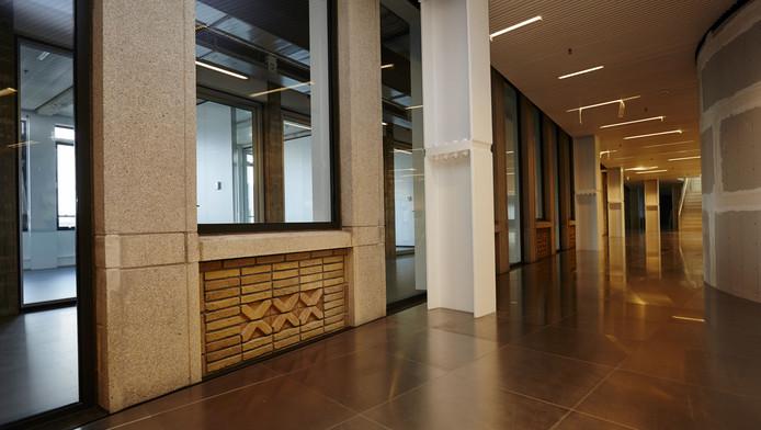 De nieuwbouw is vastgeklonken aan het oude Stadstimmerhuis vanwaar de wederopbouw werd geleid.