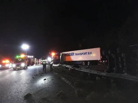 A28 bij Assen tot eind van middag dicht door crash drie vrachtauto's