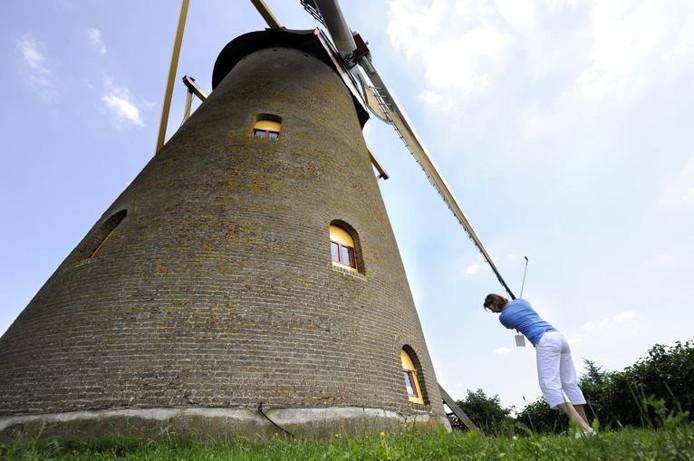 Brigitte Rademaker uit Ulvenhout slaat af naast de molen. foto René Schotanus/het fotoburo