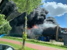 Enorme brand in Berkel en Rodenrijs, zelfs vliegveldbrandweer schiet te hulp