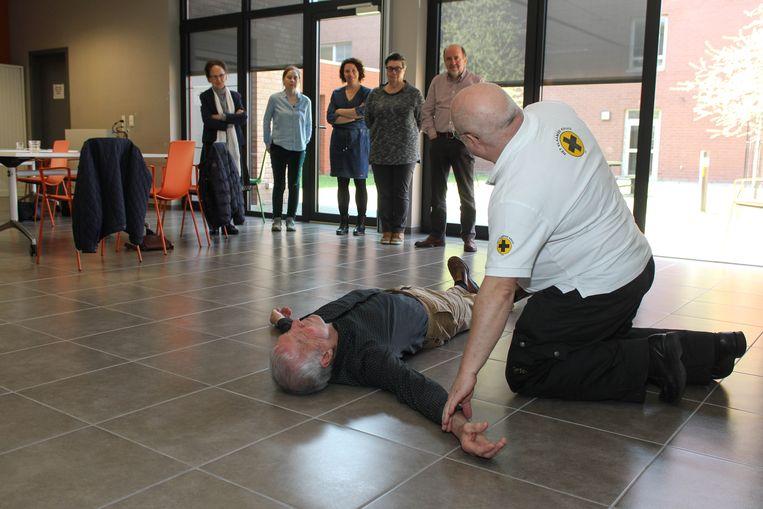 Een medewerker van het Vlaams Kruis legt uit hoe je iemand reanimeert.