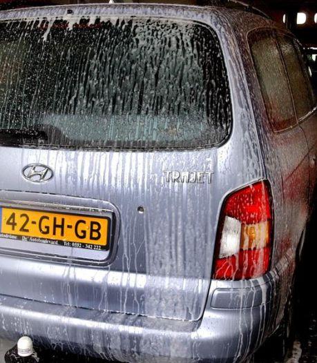 Provincie Drenthe komt in actie tegen autowassen op straat. 'Eén druppel olie kan 1000 liter grondwater vervuilen'