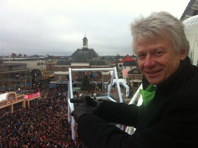 John Berends kijkt tijdens Serious Request uit over het Marktplein, met onder zich het Glazen Huis.