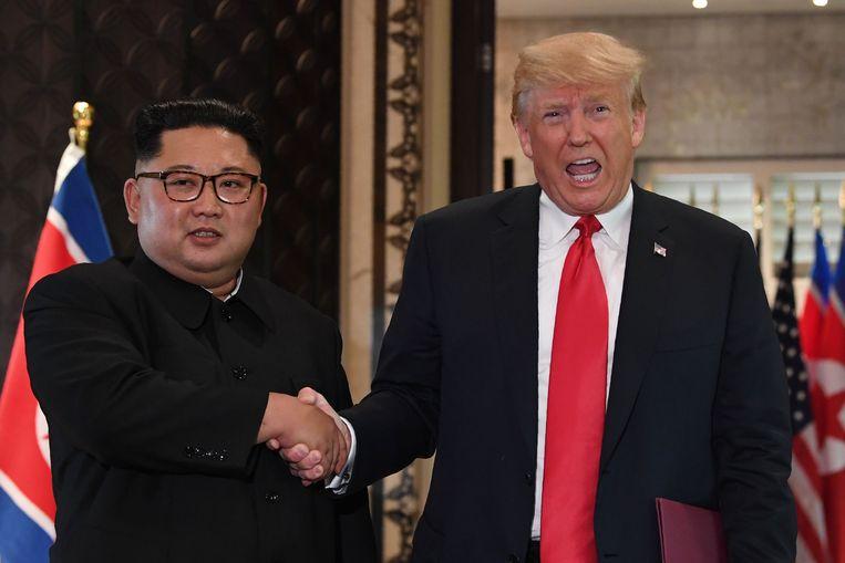 Donald Trump en Kim Jong-un schudden elkaar de hand tijdens hun ontmoeting in Singapore.