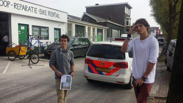 Luciano Balestra (links) en Gaetano Caretto voor de deur van Flying Dutch. Beeld Lennart Brans