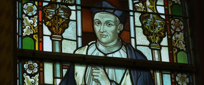 Vier  glas in loodramen herinneren in de kerk in Kempen aan de middeleeuwse schrijver.
