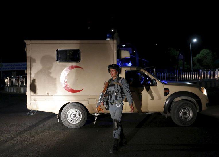 Een Afghaanse agent voor de politieacademie waar een bom ontplofte. Beeld reuters