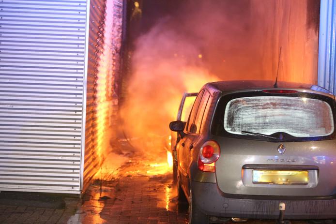 Autobrand Grote Elst tussen twee panden