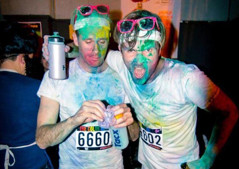 Bezoekers verkleed als deelnemers van de color run Beeld Leo Piccardo