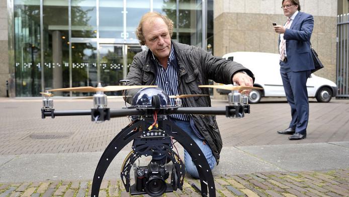 Een drone voor de Tweede Kamer tijdens de hoorzitting over de juridische aspecten van het gebruik van onbemande vliegtuigjes in Nederland, september vorig jaar.