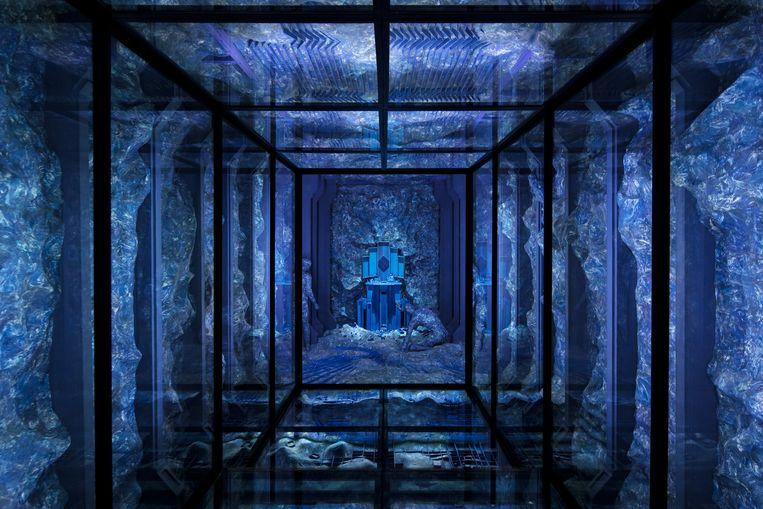 Die minimalistische glazen kubus contrasteert mooi met de grillige kleimassa en occulte patronen. Beeld Natascha Libbert