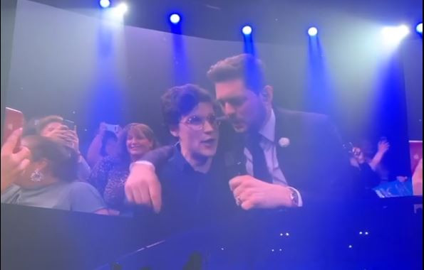 The Voice of Holland-winnaar Dennis van Aarssen zingt 'That's Life' met Michael Bublé tijdens een concert van de Canadese zanger in Keulen.