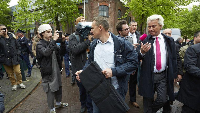 Geert Wilders bezoekt de Haagse Schilderswijk, als reactie op berichten in de media over 'De Sharia Driehoek', waar radicale moslims de dienst zouden uitmaken op straat. Beeld anp