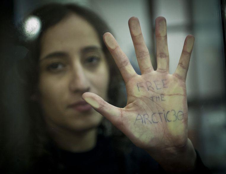 Faiza Oulahsen was vorig jaar één van de dertig Greenpeace activisten die in Rusland vastzaten voor het protesteren bij een Russisch olieplatform. Beeld epa