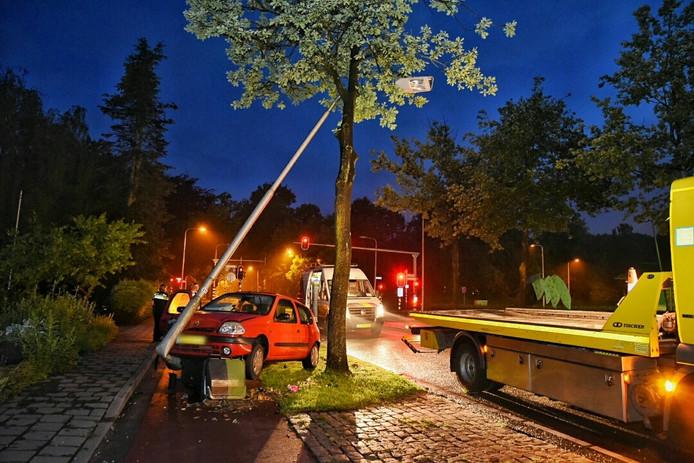 De lantaarnpaal zat vast in een boom, wat het bergen bemoeilijkte.