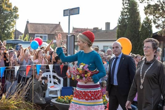 Maximá zwaait naar het publiek bij zorgcentrum De Schutse in Sint-Annaland.