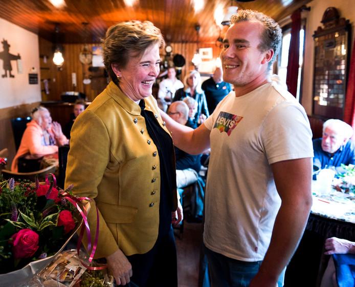 Cynthia de Pijper nam 25 jaar geleden café Het Olde Regthuys over van haar grootouders. Zondag werd ze in het zonnetje gezet door alle klanten.