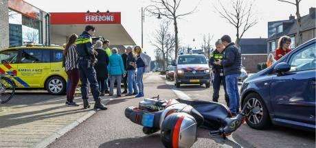 Auto en scooter botsen in Oosterhout