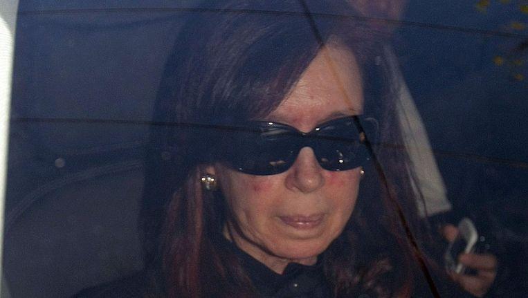 President Kirchner komt aan bij het Favaloro-ziekenhuis in Buenos Aires. Beeld epa