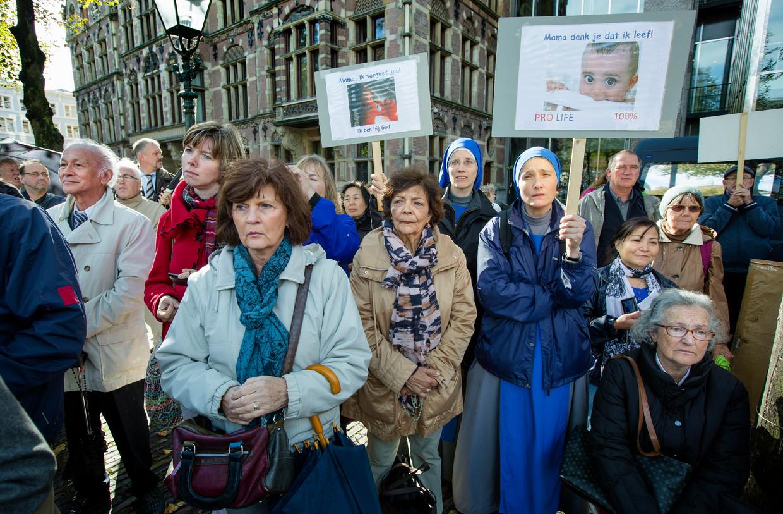 Demonstranten tegen abortus voor het gebouw van de Tweede Kamer. Beeld ANP