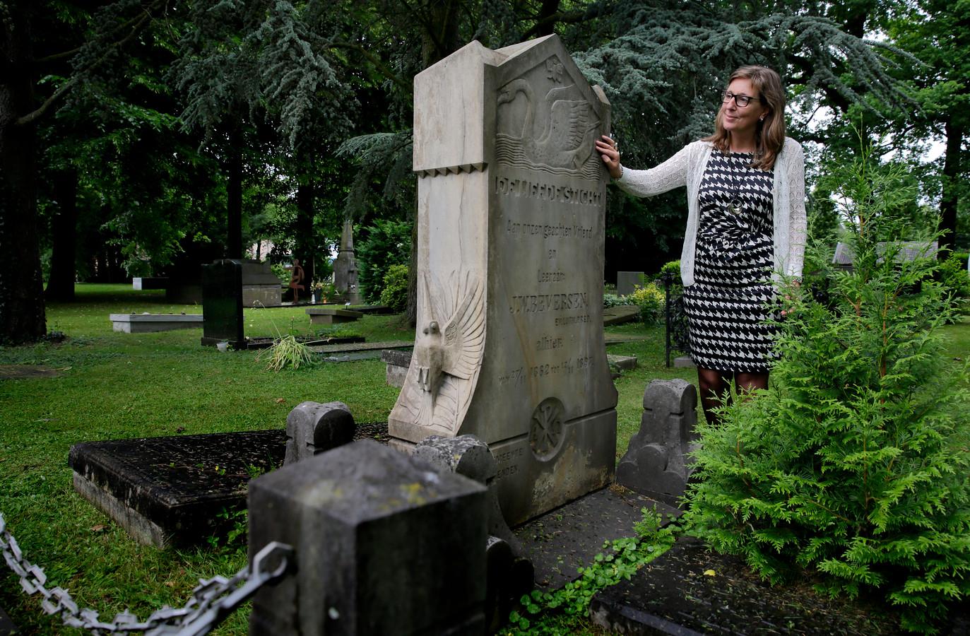 Mieke Verkuil bij haar favoriete graf. ,,Er is hier zoveel te zien.''