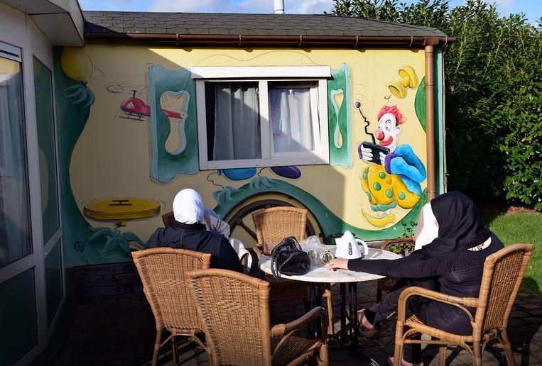 In 2014 werden asielzoekers opgevangen in een Drents vakantiepark. 'De aanvaarding van migranten groeit naarmate hun komst een bewuste keuze is', zegt Paul Scheffer. Beeld Marcel van den Bergh / de Volkskrant